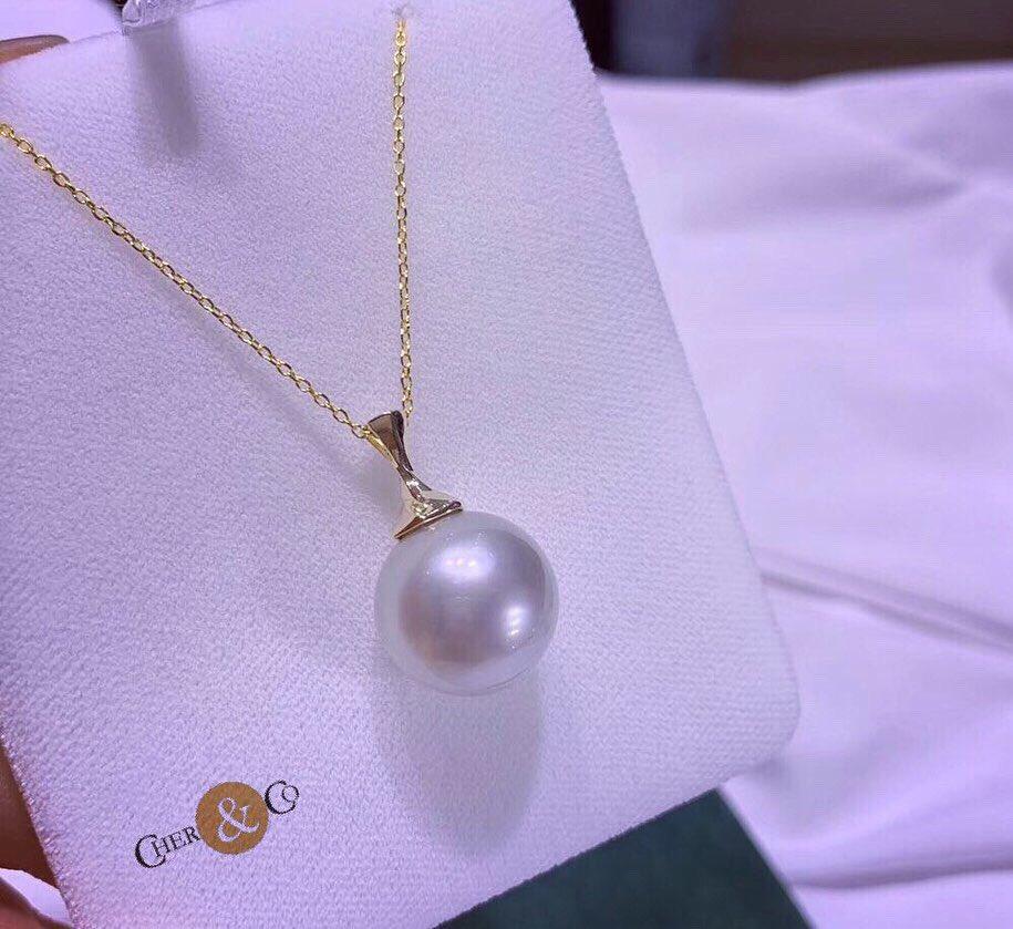 Stunning South Sea white pearl 14.9mm with 18k gold Pendant   DM for price & more details @CherandCo @LadyCarolineLin   Or https://bit.ly/2VnMQ4L  #southseapearl #pearls #pendant #jewellery #finejewellery #bigpearls #cherandco #unitedkingdompic.twitter.com/70K9ZuXoDr