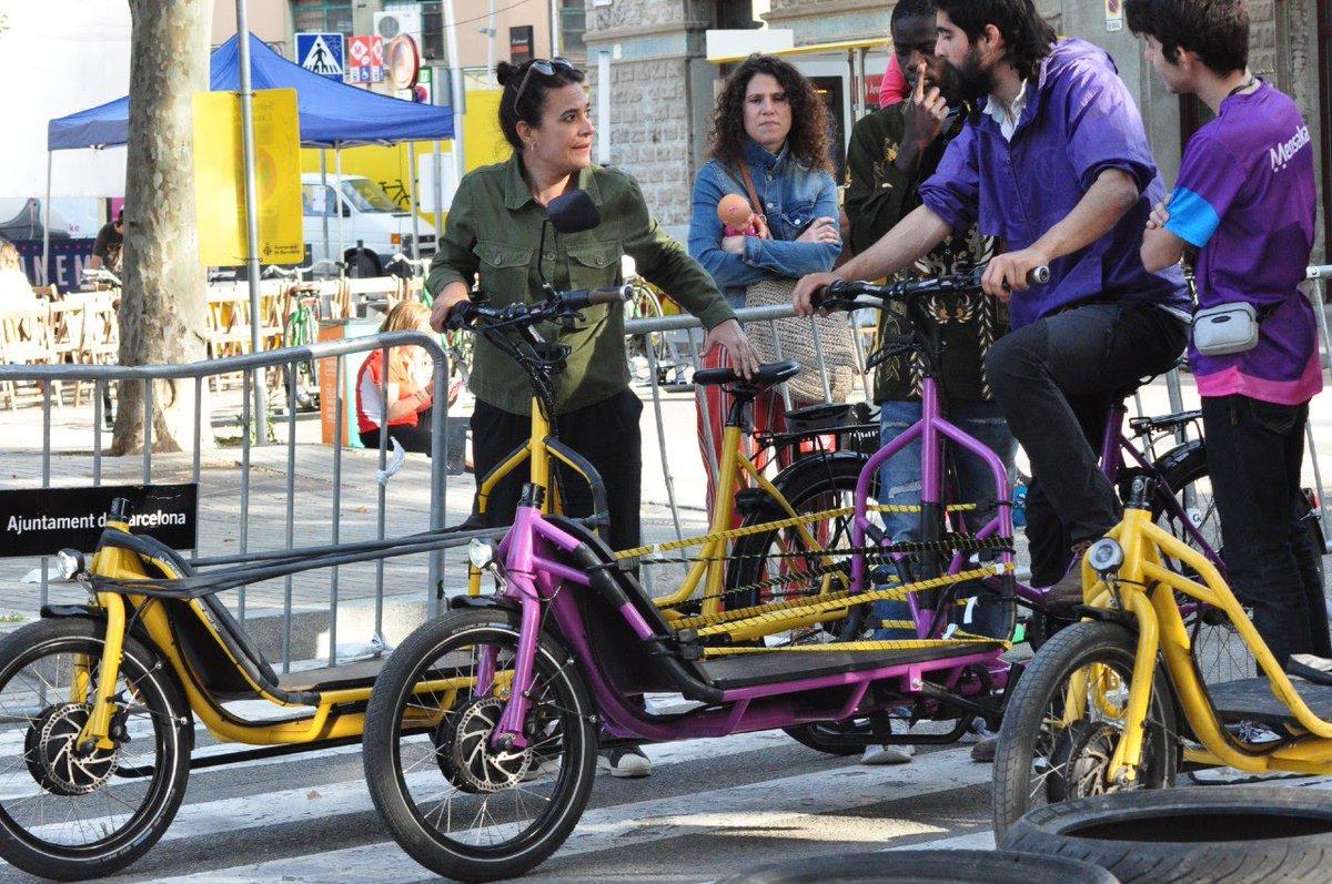 Necessitem reduir el nombre de cotxes a les nostres ciutats per a mitjans de transports més sostenibles. Les bicicletes de càrrega permeten una mobilitat sostenible per la ciutat. Menys cotxes i més bicicletes. #mobilitat #bicicargo #Barcelona.pic.twitter.com/ZqE4dLecOM