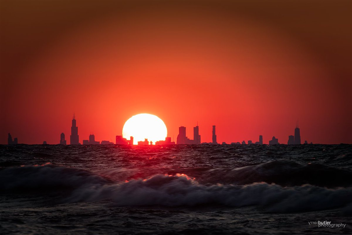 RT @barrybutler9: Big Orange Ball Sunset over Chicago on Monday.  #chicago #ilwx #news #weather https://t.co/VvouOYAYv8