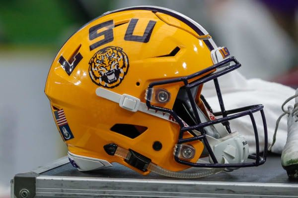 I get why people are frustrated that LSU spent $28 million on a locker room when the player compensation conversation is at an all-time high. Lavish locker rooms have become a trend. If you can't pay them, you might as well spoil them. @ShadowLeague theshadowleague.com/lsu-cant-pay-t…