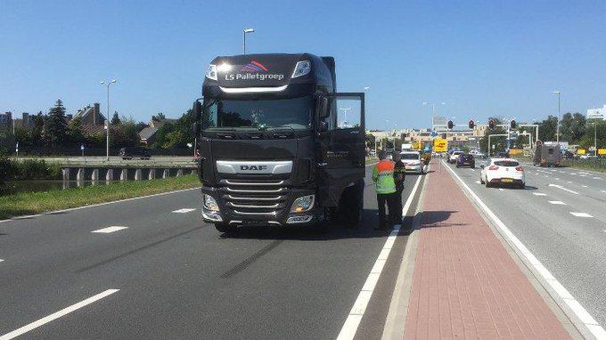 Naaldwijk Ook vanmiddag was er een aanrijding auto/ vrachtwagen op de Burgemeester Elsenweg. https://t.co/LzDtr6UDOu