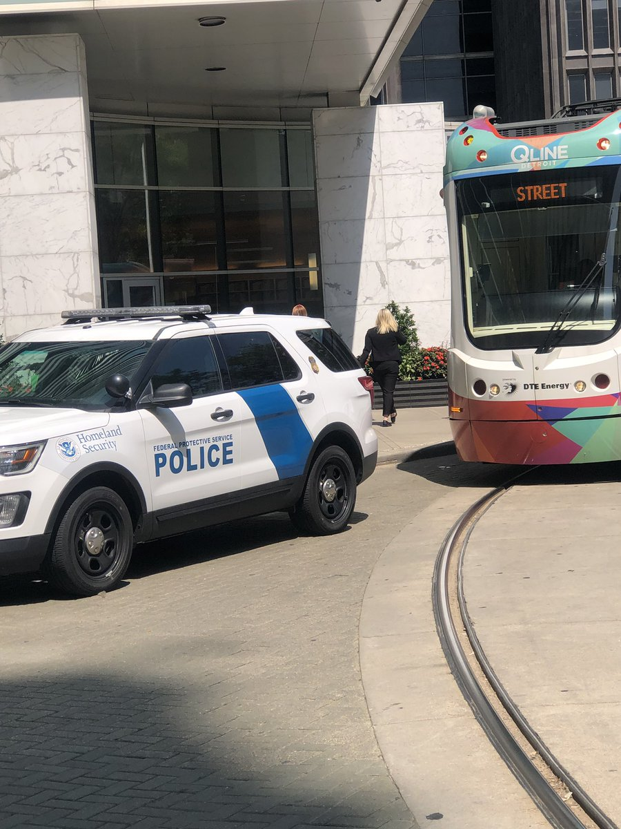 @qlinedetroit currently halted/ stuck behind illegally parked @DHSgov patrol car.  @Potbelly line must be taking longer than expect. 🐷🐷  @DetroitScanner @MCmuckraker @detourdetroit