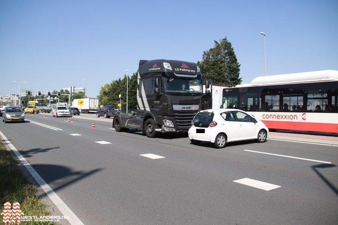 Auto in botsing met vrachtwagen https://t.co/X4nBbwe8HN https://t.co/UJNZpAmKeU