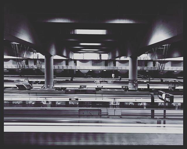 Atocha se está convirtiendo en un motivo recurrente ¿pasaré mucho por ahí ? #iphonephotography #snapseed #atocha #madrid #blackandwhite #train #station #delay #alwayslate #toomuchtimewasted #tiempoperdido #espera https://ift.tt/2OdiuiY