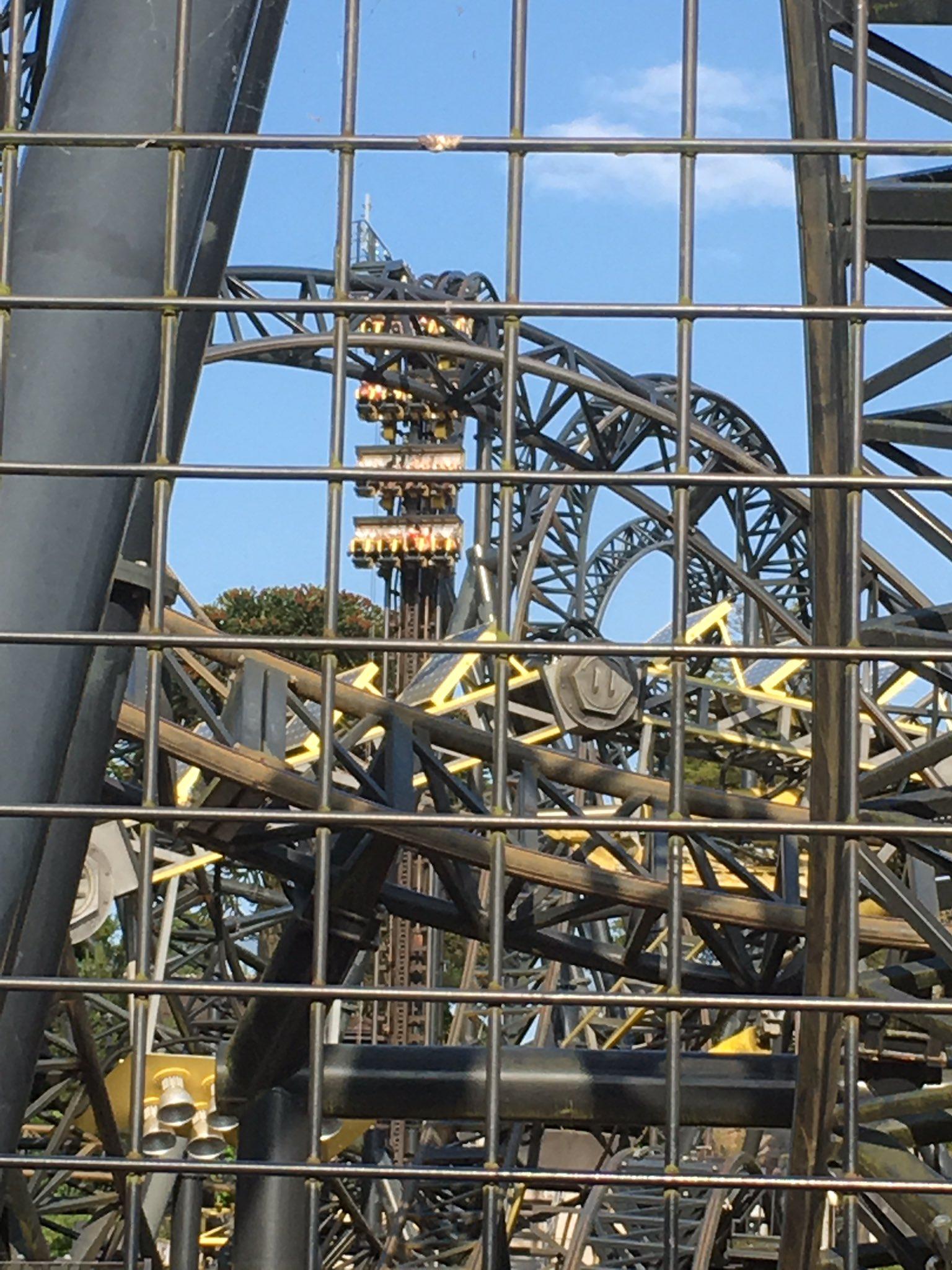 Sebuah roller coaster di Inggris mogok menggantung pada ketinggian 30 M.