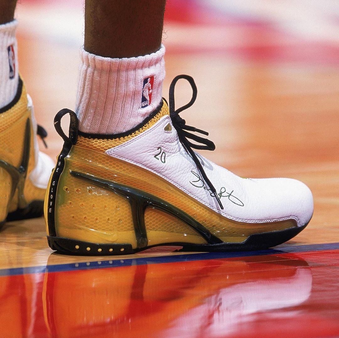 Às terças, ficamos de olho nos pisantes das feras da NBA! Nesta edição, uma homenagem ao aniversariante do dia, @GaryPayton_ . Que tal o estilo do cara em 2002? #TuesdayShoesDay #NBABDAY #NBAKicks #SneakerHead