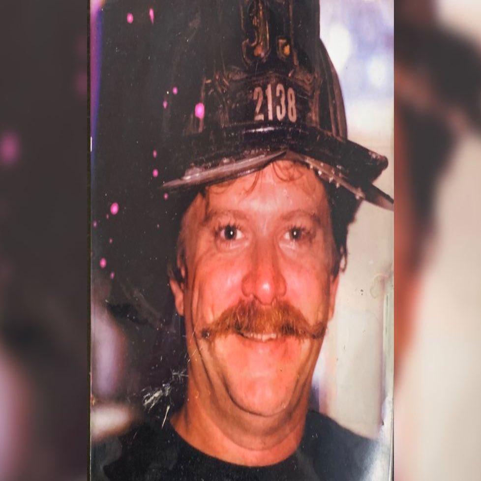 El bombero @FDNY Richard Driscoll murió la semana pasada, siendo el #bombero # 200 en morir por causas relacionadas con el #911terroristattack No pudo ver aprobada la #911VictimsCompensationFund #Renew911VCFpic.twitter.com/kbCxJ7AnkL