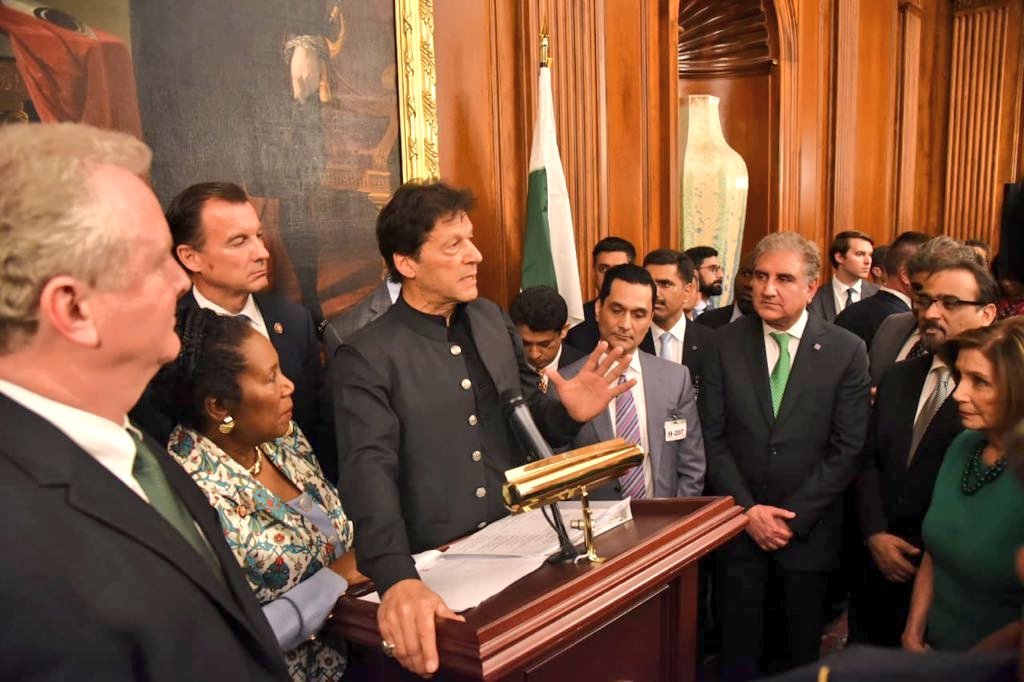 Unlike a politician when a Statesman speaks this is how political class of the most powerful nation listens to you.  Looks like a Rockstar surrounded by fans in a concert.  *Congressmen listening to Prime Minister Imran Khan. This scene has pretty much summed up #PMIKVisitingUS. <br>http://pic.twitter.com/tKrbGhvq7N