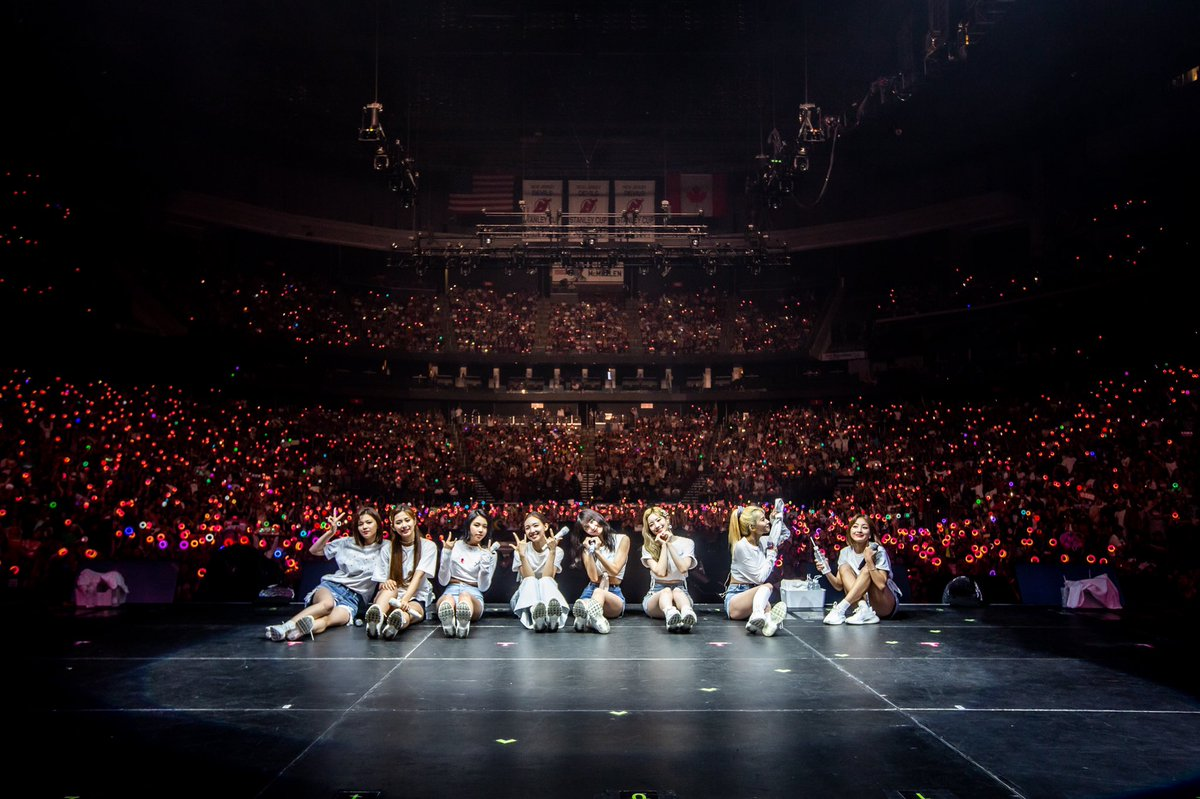 TWICE's group photo at #TWICELIGHTSinNEWARK  Just look at SaHyo's action  #MGMAVOTE #TWICE<br>http://pic.twitter.com/OzzQpIyH3T