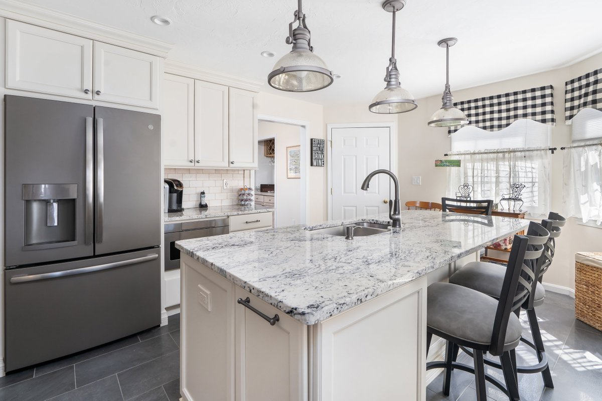 Kccne On Twitter Franklin Ma Kitchen Featuring Semi Custom Cabinets In A Pearl Finish White Ice Granite Countertops Tile Backsplash With Mural Behind The Stove And Brushed Nickel Fixtures Https T Co D6riqanhit Kccne Houzz