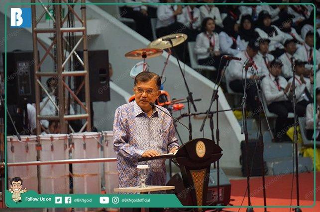 Wapres Jusuf Kalla dlm #PresidentialLecture2019 menyampaikan kpd seluruh #CPNS2018 bahwa tugas ASN berprinsip melayani masyarakat.