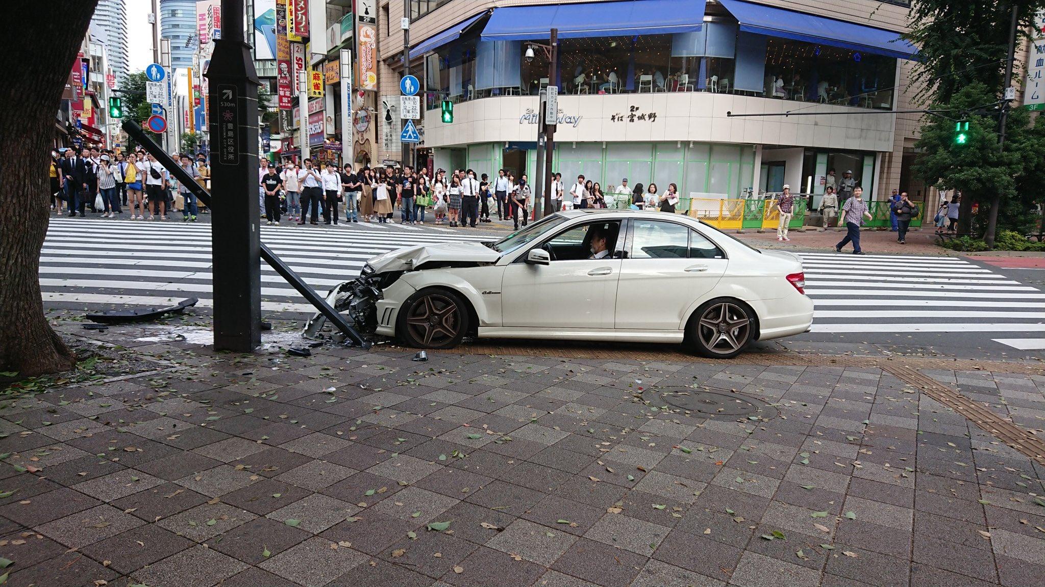 池袋駅東口のサンシャイン通りでベンツが歩道の信号機に突っ込む事故現場の画像