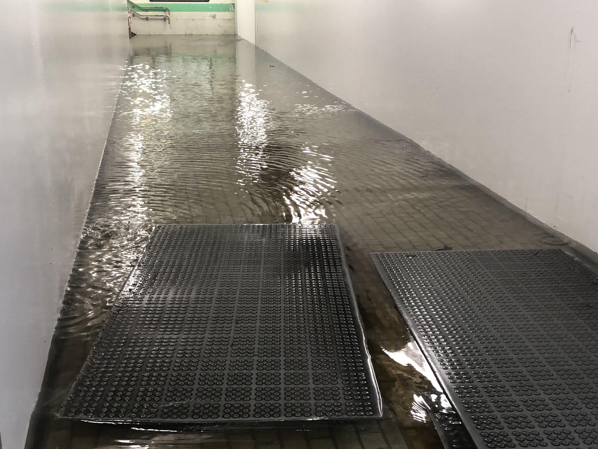 白河駅に薄いが流れ込み浸水している現場の画像