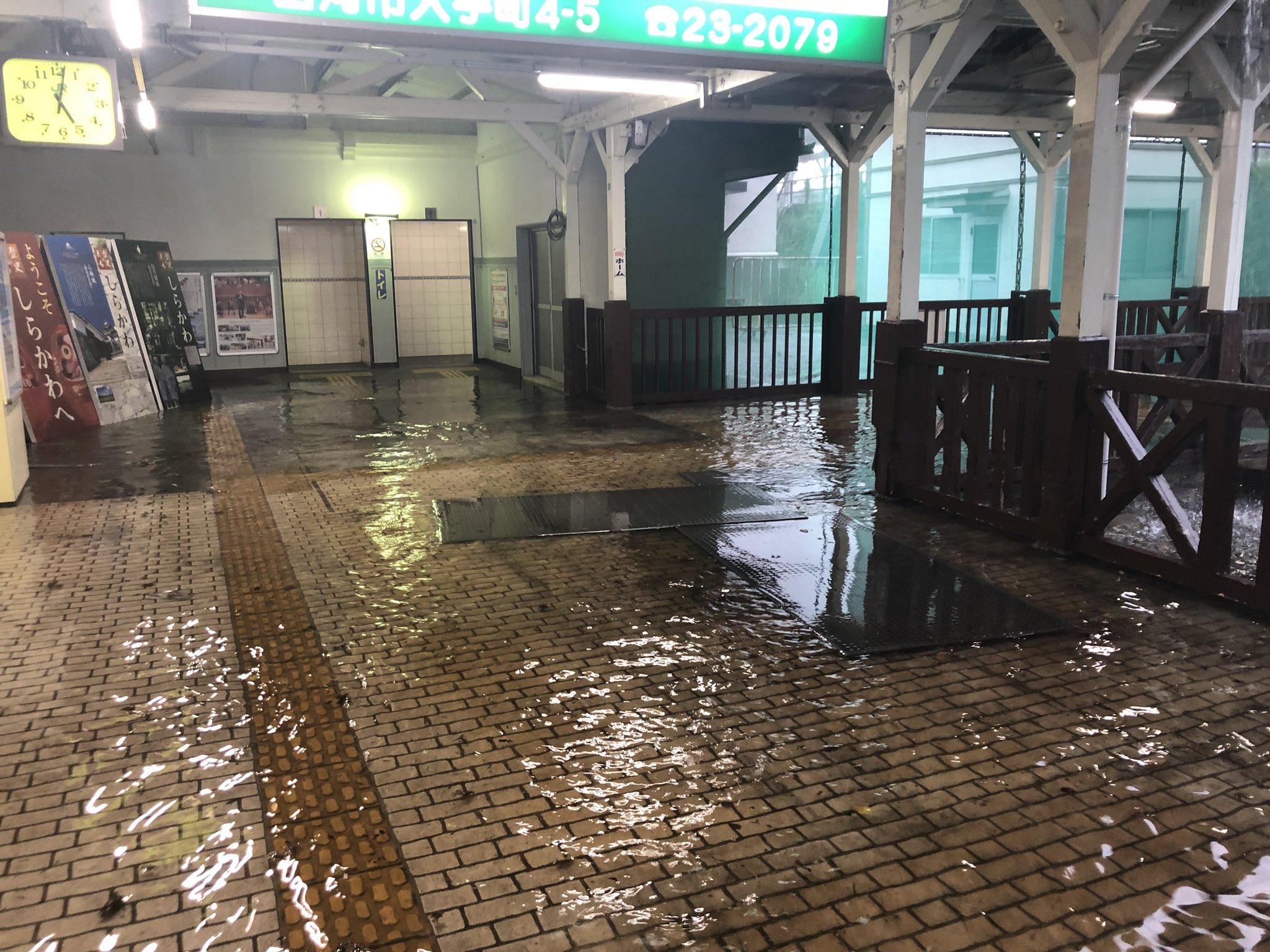 白河駅が大雨で浸水している画像