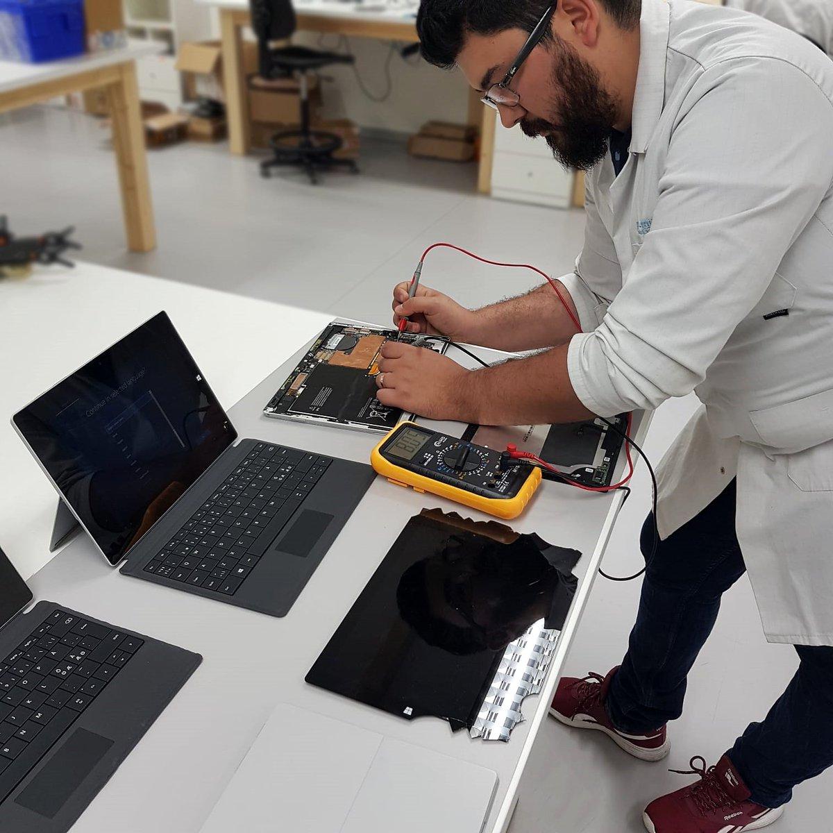 Temos uma equipa de cerca de 20 técnicos, especializados em reparação!   Problemas com o teu Surface? Nós podemos ajudar.  http://www.ptelemoveis.pt | 244001251   #ptelemoveis #microsoftsurface #economiacircular #microsoftrepair pic.twitter.com/l4fG9lKk3D