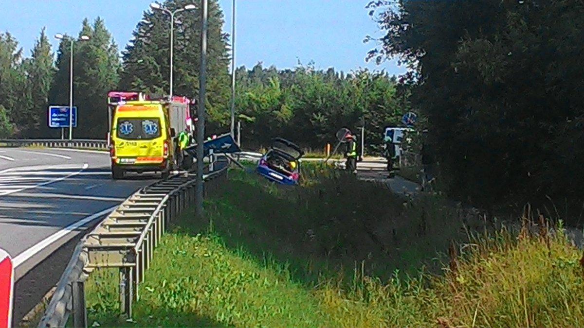 Vieglās automašīnas avārija uz šosejas #A6 (Rīga-Daugavpils), pagriezienā uz #Turki #Līvāni #Latvija. Detalizētas informācijas nav. 📸 Jānis Vaivods