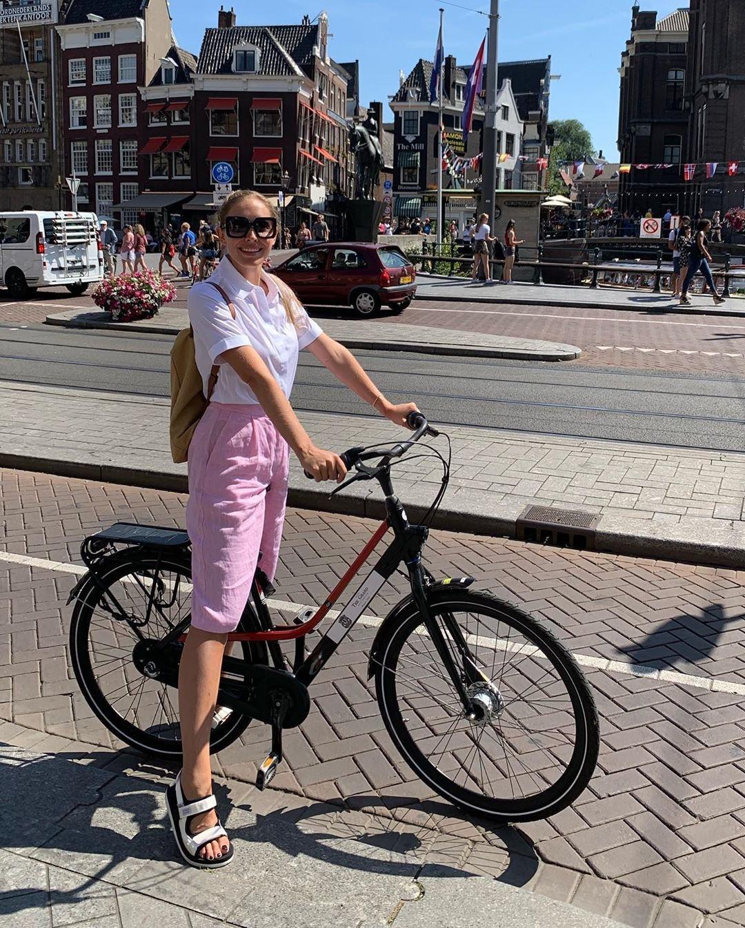 Катя Осадчая на велопрогулке по Амстердаму