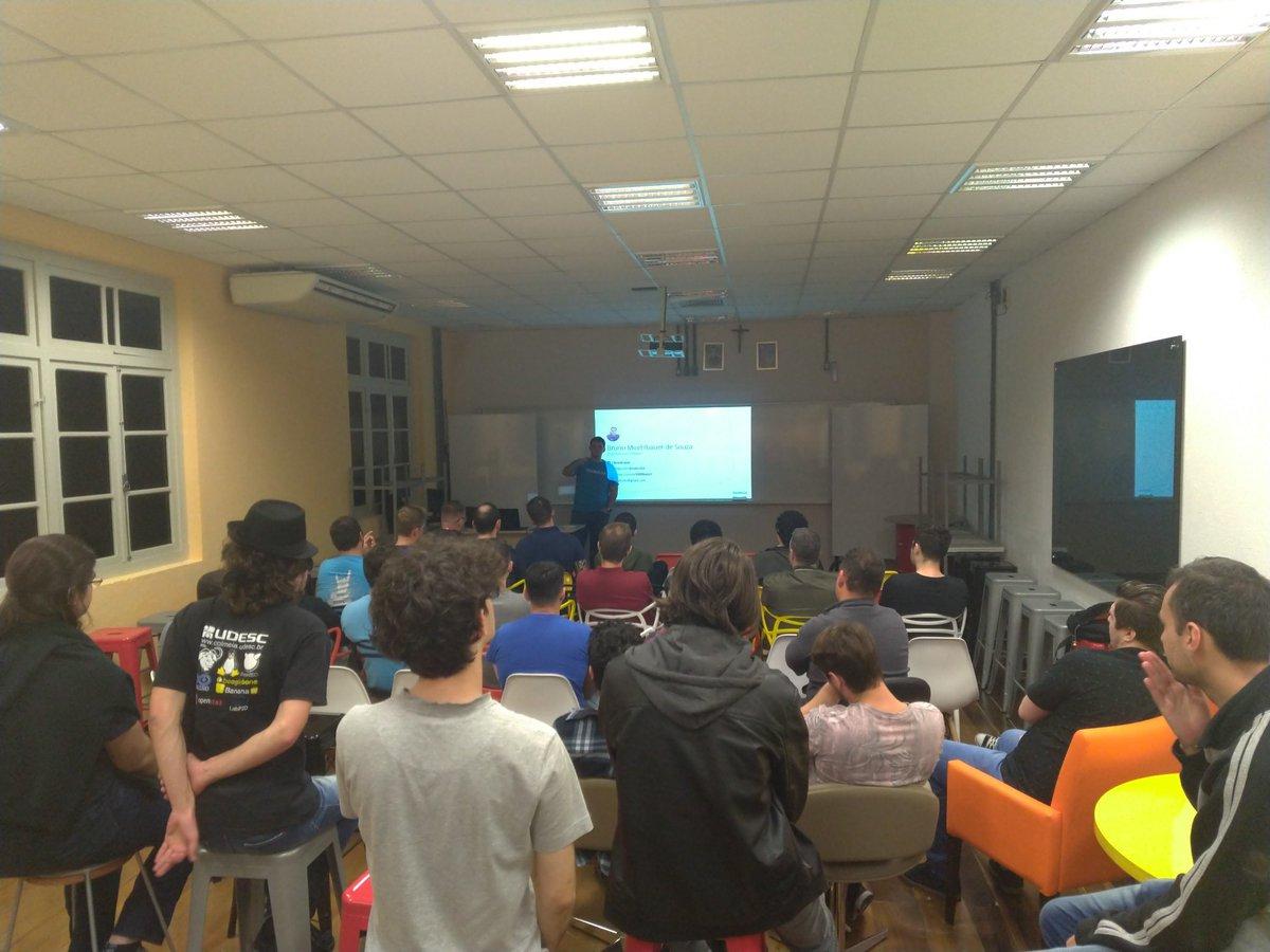 Agora o @bnubruno da @ContaAzul está apresentando sobre o funcionamento do #SpringCloud no primeiro #Meetup da comunidade #Java de #Joinville. https://t.co/TV4kNj0pip