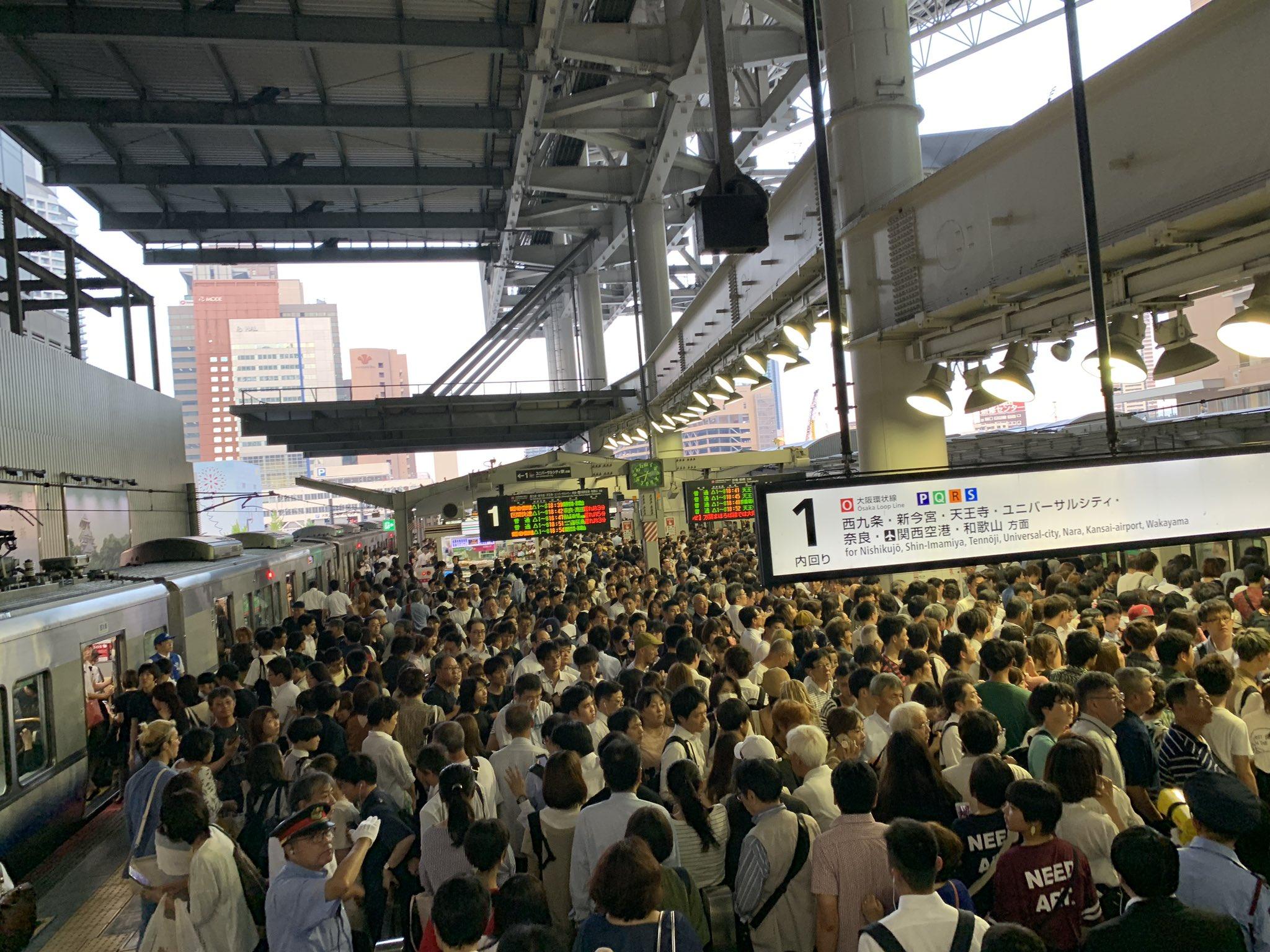 大阪駅が天神祭に行く人で混雑し入場規制が掛っている画像