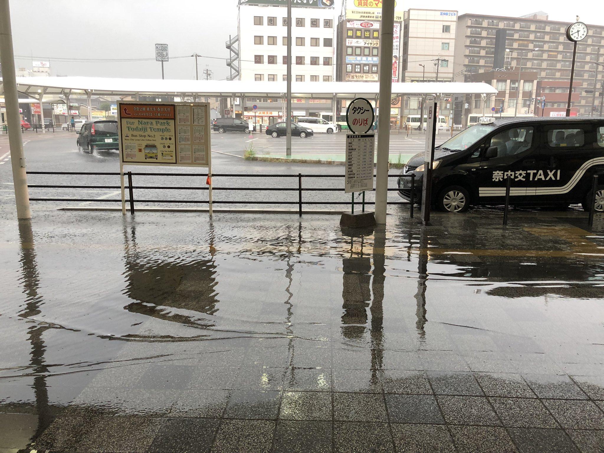 奈良駅のロータリーが冠水している現場の画像