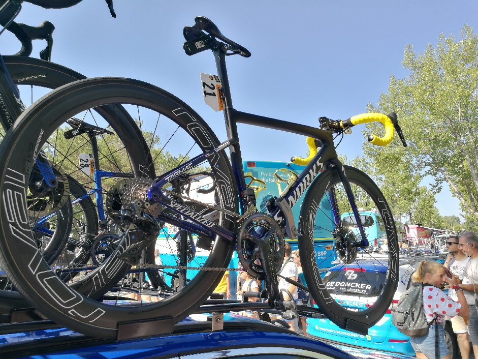 Dans les coulisses du Tour de France, avant le départ d'Embrun. Un petit coup d'oeil au vélo d'Alaphilippe.