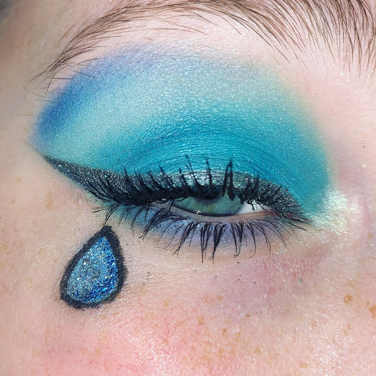 Water drop makeup look for summertime vibes . #makeup #beauty #beautyblogger #summertime #summer #makelook #amorus #Inlove  pic.twitter.com/GghKk0pUWd