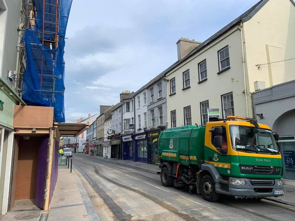 Great to see Castle street back open for traffic 🚗 . Best of luck to the O'Donnells tonight with their reopening in @BailysCorner Great to see local investment in the town centre. We can't wait to see the finished result. 😀👍🏻 🍺 #LoveTralee https://t.co/CBgTuotqXr