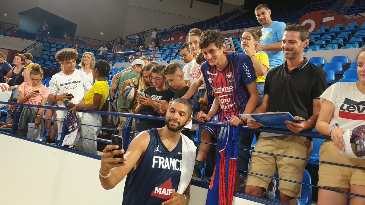 A la fin de la séance d'entrainement ouverte au public les Bleus sont allés à la rencontre des fans pour une longue séance de dédicaces 🇨🇵✒🤳 #TeamFranceBasket @VillePau @EBPLO