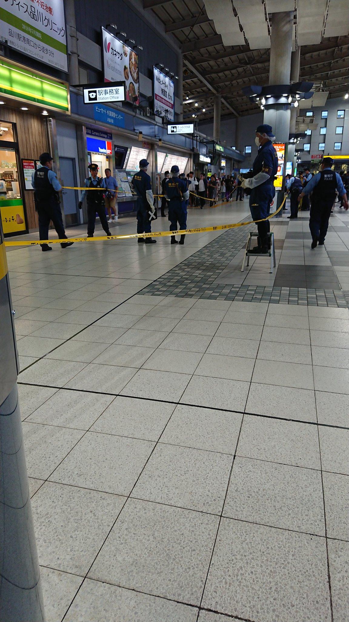 品川駅のうんこ散乱事件で警察が現場検証している画像
