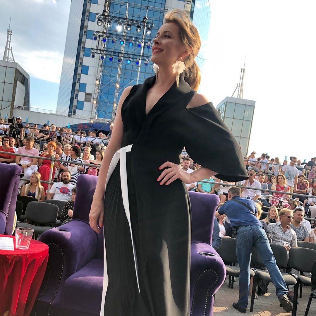 Елена Кравец в платье VALERY KOVALSKA