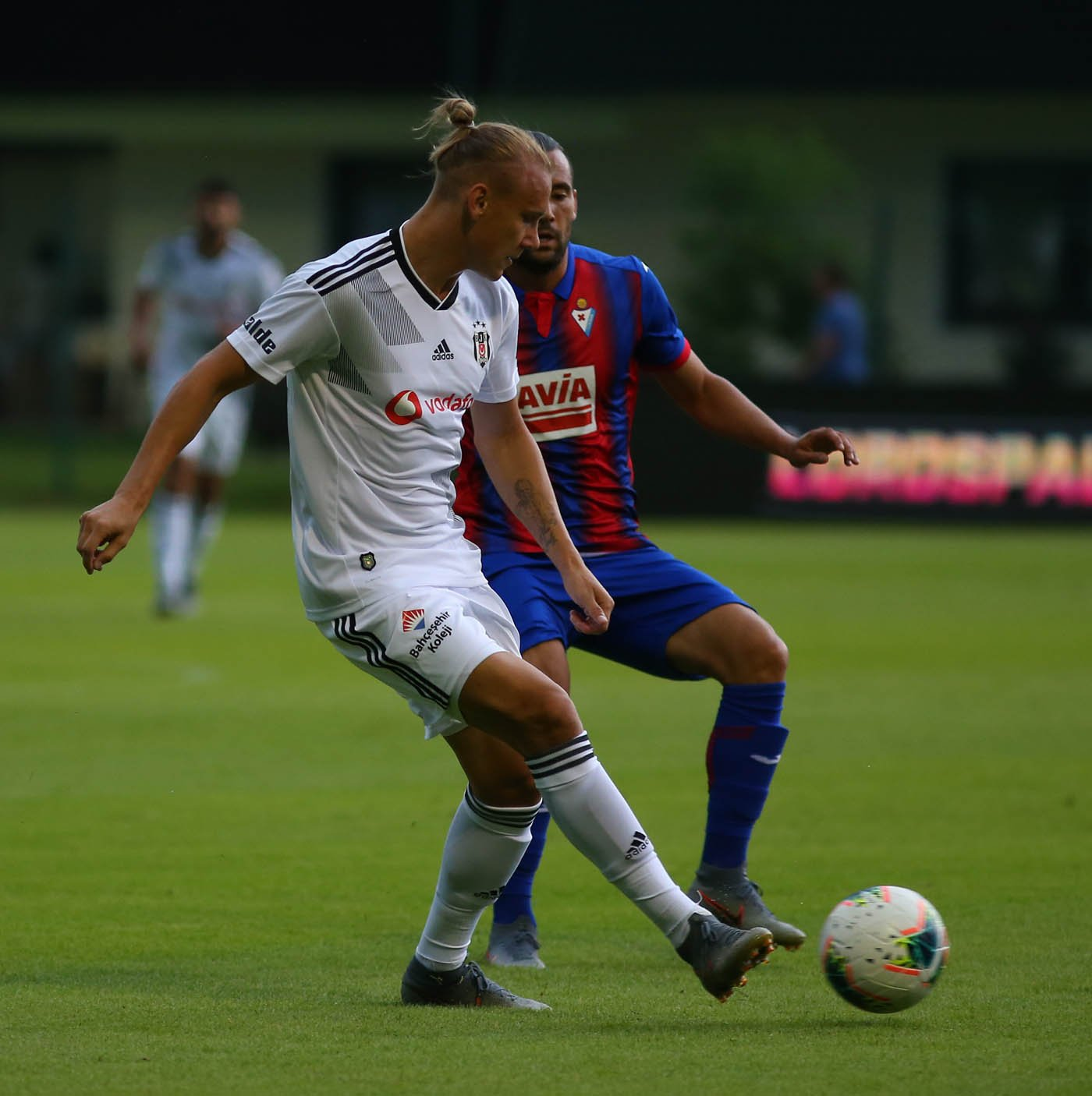 Quique González disputa el balón ante un jugador del Besiktas (Foto: Besiktas).