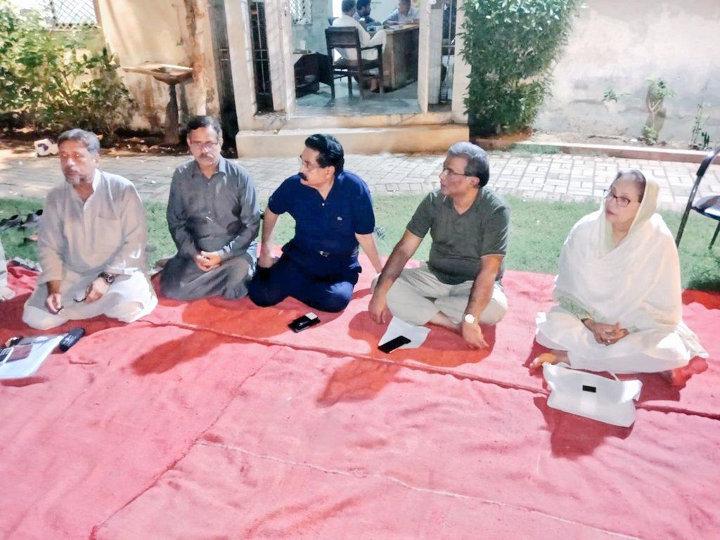 پی آی بی،محمود آباد،لاینز ایریا،اور سوسایٹی کےایلڈر ونگ کے ذمہ داروں کے اجلاس سے کشور زہرہ باجی اور عارف بھائی کی گفتگو اس موقع پر رکن رابطہ کمیٹی عادل بھائی اور زاہد منصوری بھائی بھی موجود تھے #MQMpk @ZahidMansori @kul2471 @SyedAminulHaque @tuba30729505 @noorjahan110 @HumaKha01 https://t.co/MqMT43Pa0H