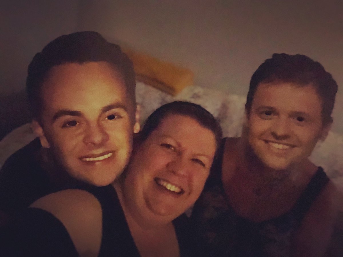 #wk120 #iwantarealAntandDecselfie #SaturdayNightTakeaway #AntandDec Dogsitting Done parents back from Scotland and Besties throwing a buffet @antanddec @itvtakeaway @SarahBartle5 @JeanGrieve1pic.twitter.com/EiLohJ7Px7