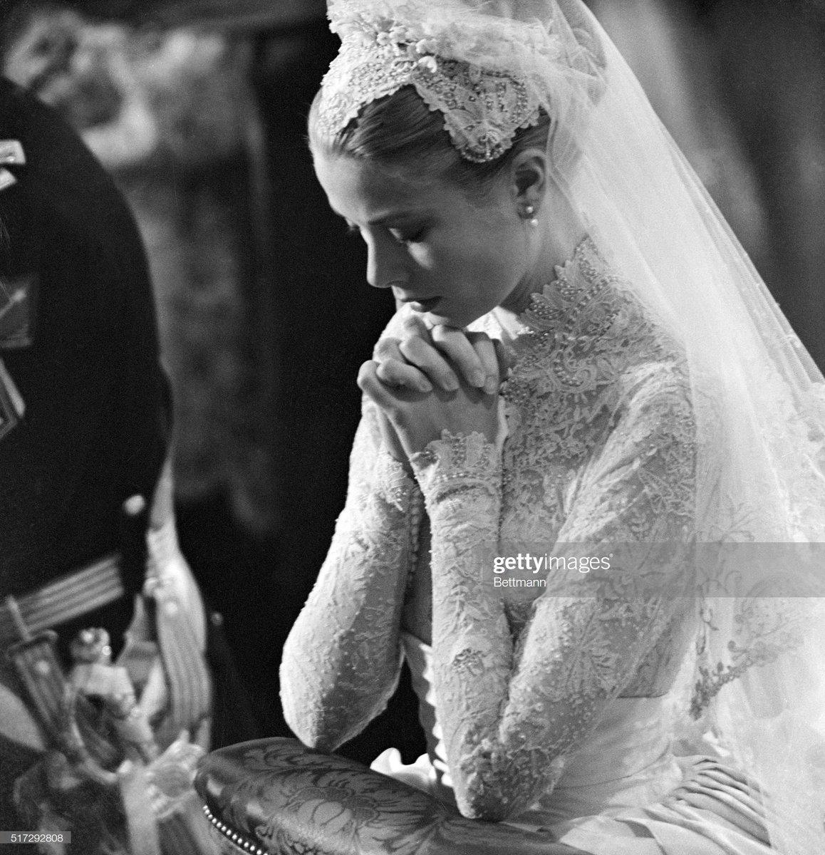 #GraceKelly prays during her wedding to #PrinceRainierofMonaco on April 20th, 1956. pic.twitter.com/AAdqhBZAYM