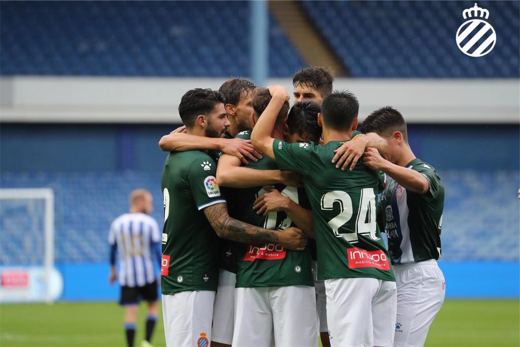 Los jugadores del Espanyol celebran uno de los goles.