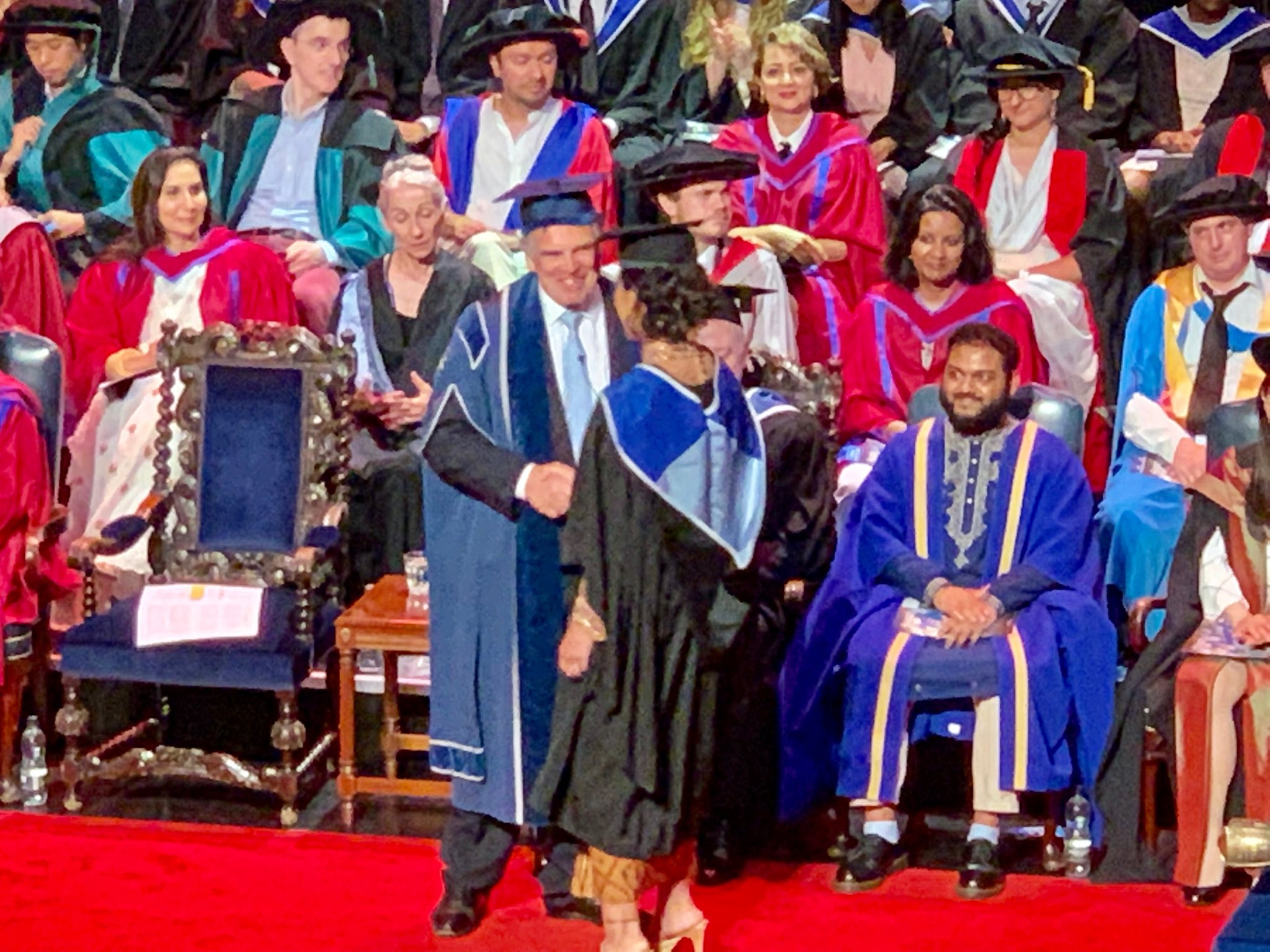 Putri Fadli Zon, Shafa Sabila saat mengikuti acara pemindahan toga wisuda di Queen Mary University London, Minggu (28/7/2019).