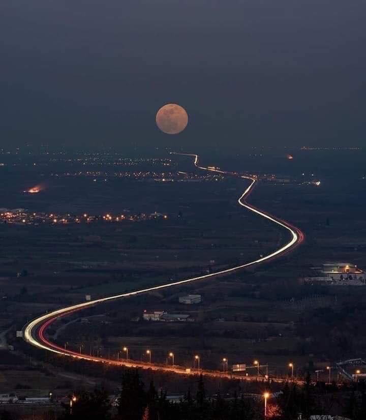 إن كان بإمكانك كتابة جملة على وجه القمر ليقرأها جميع سكان الأرض... !!  فما هي تلك الجملة..؟💙  #عشتار https://t.co/npbkuN53Dp