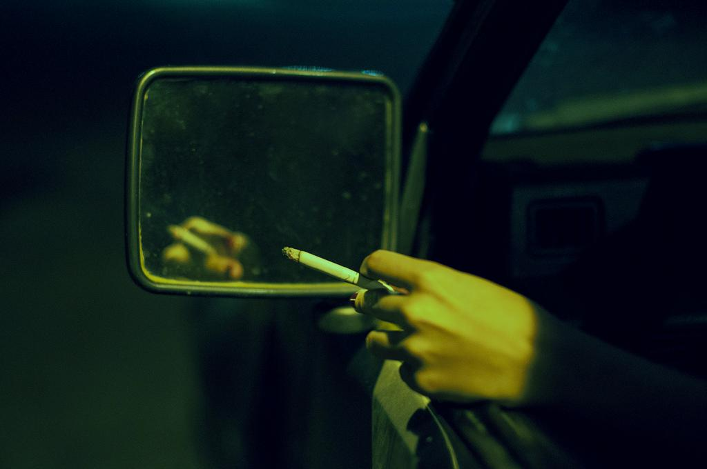 Рука с сигаретой в машине картинки