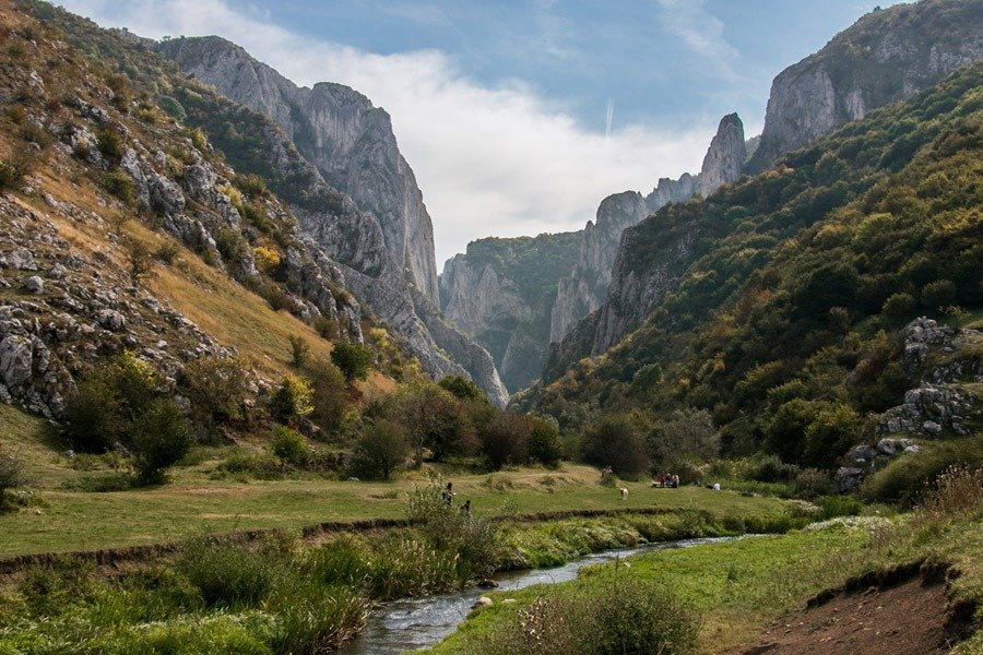 WHO LOVES HIKING?? We honestly dont hike much, but when we see photos as incredible as this, we strap on our hiking shoes! #Turda Gorge in #Romania a hike with wonderful views. bit.ly/2K71Xry #traveltribe @traveling2ro @Ro_Journeys @RomaniaTourism @DiscoveryRO