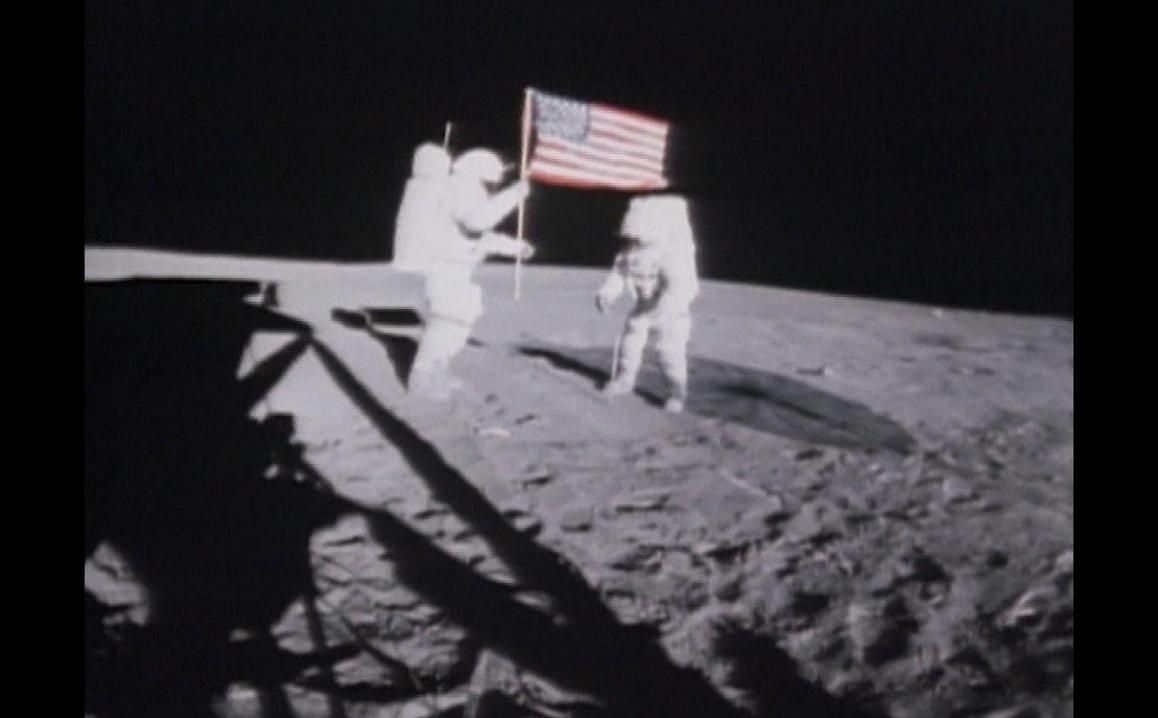 50 ans plus tard, retour sur l'emblématique programme #Apollo11 qui a permis de réaliser le rêve de l'humanité, marcher sur la Lune… Tout de suite, Ils ont marché sur la Lune de Jean-Pierre Chapel et Alain Cirou, sur LCP/LCP.fr. >> bit.ly/LCPLeDirect Cc @Philhena #DdS