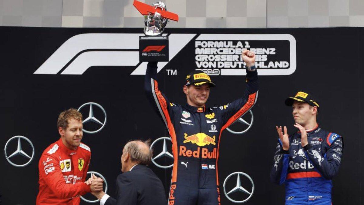 Con tan solo 21 años, el piloto de la escudería #RedBullF1, Max Verstappen es todo un crack al volante  🏎Las últimas 20 carreras de F1:  🇧🇪 P3 🇮🇹 P5 🇸🇬 P2 🇷🇺 P5 🇯🇵 P3 🇺🇸 P2 🇲🇽 P1 🇧🇷 P2 🇦🇪 P3  🇦🇺 P3 🇧🇭 P4 🇨🇳 P4 🇦🇿 P4 🇪🇸 P3 🇲🇨 P4 🇨🇦 P5 🇫🇷 P4 🇦🇹 P1 🇬🇧 P5 🇩🇪 P1  #F1 #F1FastFact https://t.co/MjpGE1queI