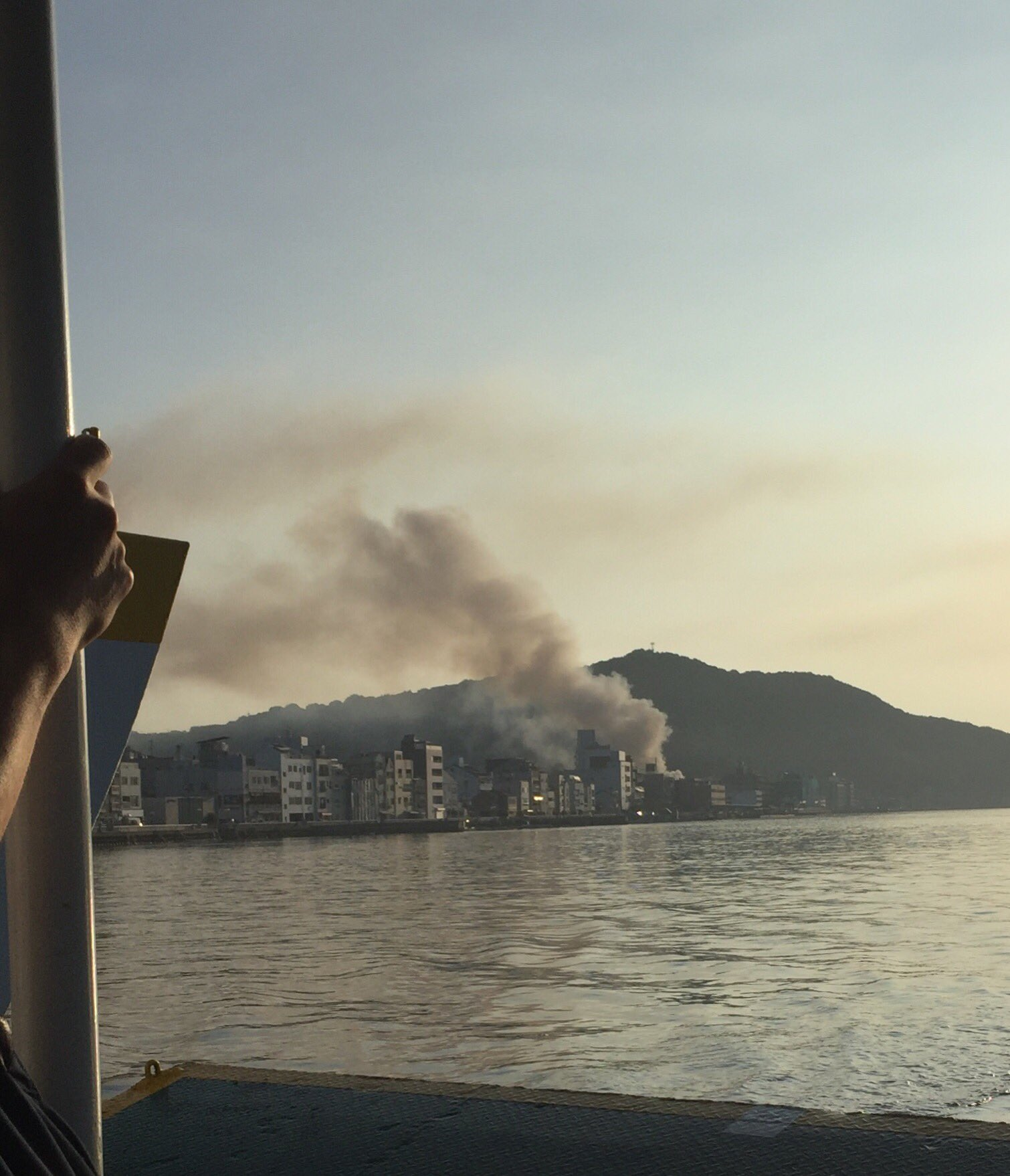 尾道市久保で火事が起き黒煙が上がっている画像