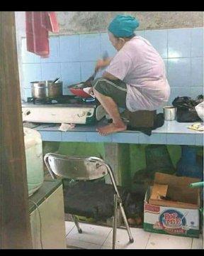 Kalau biasanya Anda masak dengan posisi berdiri di depan kompornya, maka Anda mesti bertemu ibu satu ini