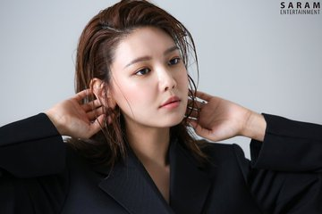 "[PHOTO] Sooyoung - ""SINGLES"" Magazine BTS  EAueNAKVUAIhmAk?format=jpg&name=360x360"