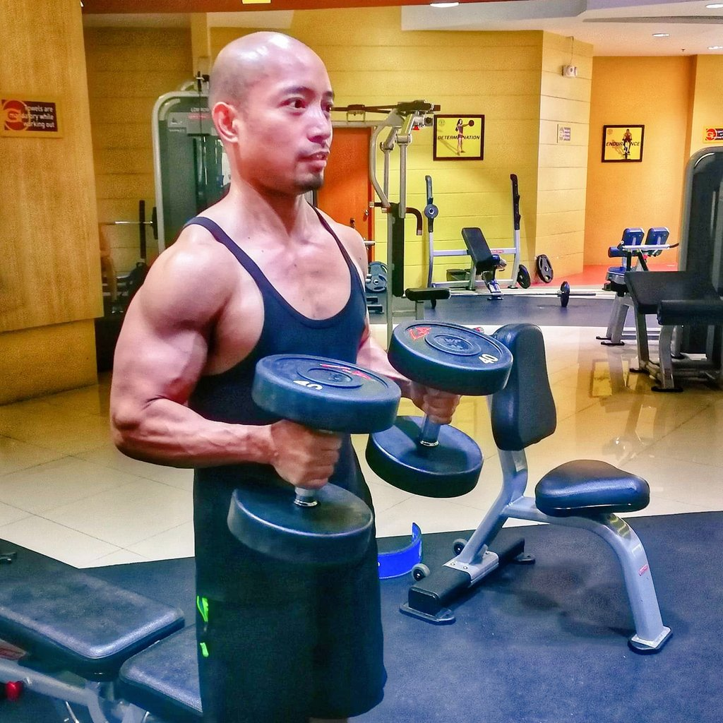 Coughing and sneezing  but working out makes you feel better  @GoldsGymPH @GoldsGym #bicepsday pic.twitter.com/8KOFthj6RA
