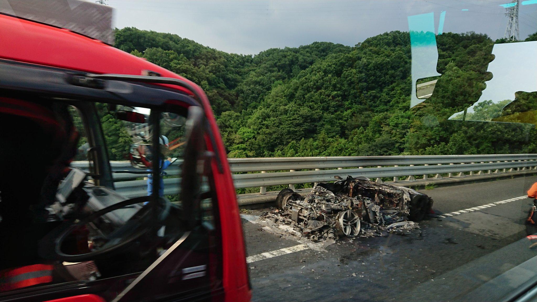 画像,火災渋滞でフェラーリが燃えてるとのことでどうなってるんだと思ったら跡形もなかった… https://t.co/q4Fy0HLchq…