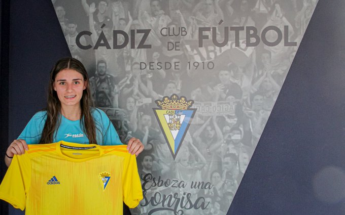 María Alexandra posando con su nueva camiseta (Foto:CCF).
