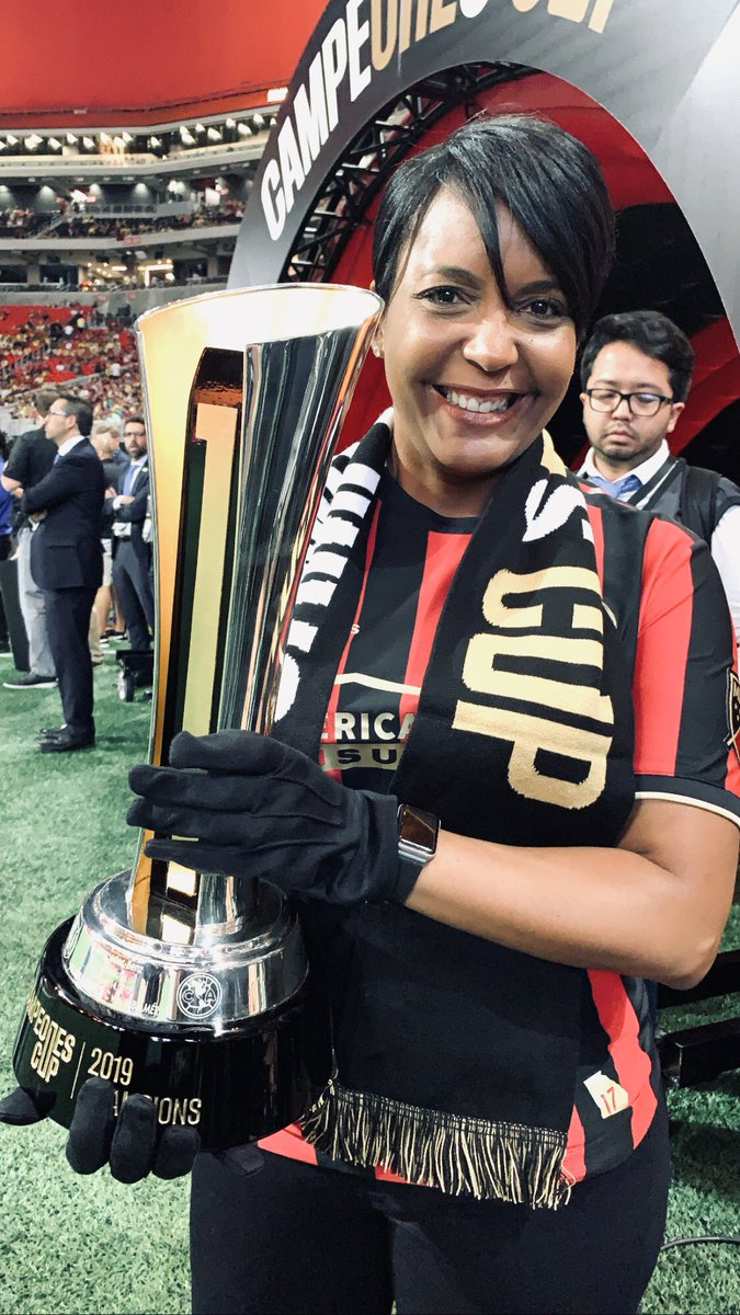 Mayor @KeishaBottoms presents the @CampeonesCup Trophy during the #CampeonesCup pre-match ceremony at @MBStadium🏆⚽️