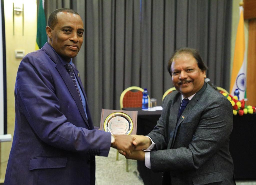 Ethio-India Business Forum wraps up in Addis. Permanent Sec of MFA Amb.Dewano Kedir highlighted #Ethiopia business & Investment opportunities for Indian investors @mfaethiopia pic.twitter.com/EQLCq1368U