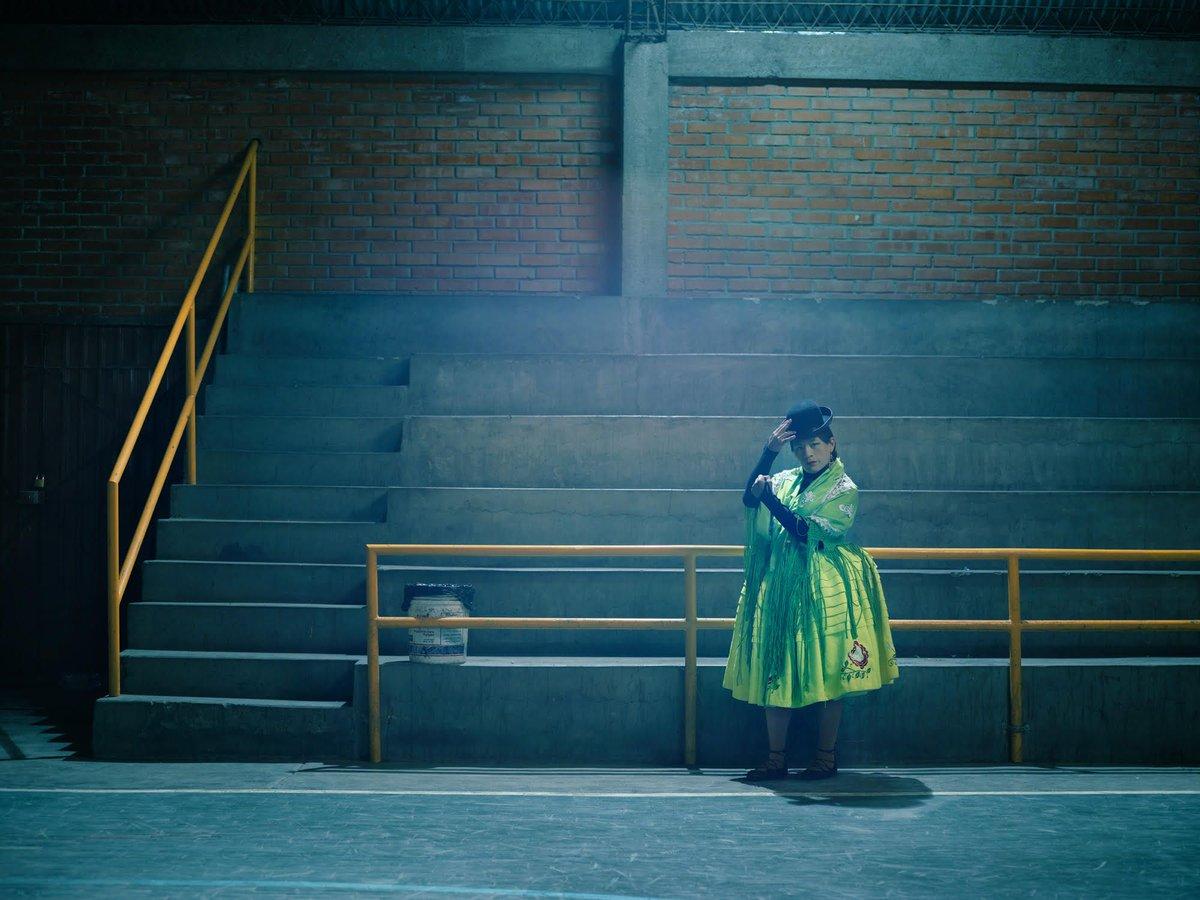 Dans la série « Flying Cholitas », Todd Antony photographie un groupe de lutteuses boliviennes, les #Cholitas. Elles pratiquent la #lutte en portant …